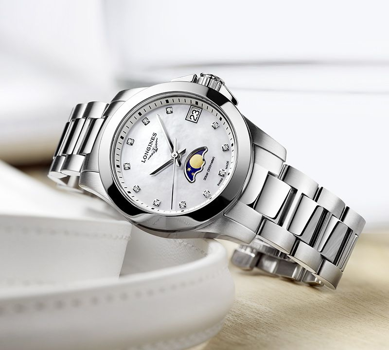 34.00 mm Stainless steel case with White mother-of-pearl dial and Stainless steel strap